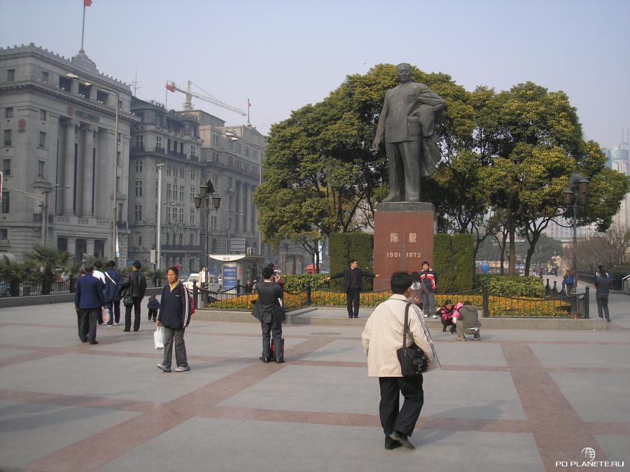 На набережной вайтань стоит памятник Мао Цзэдуну