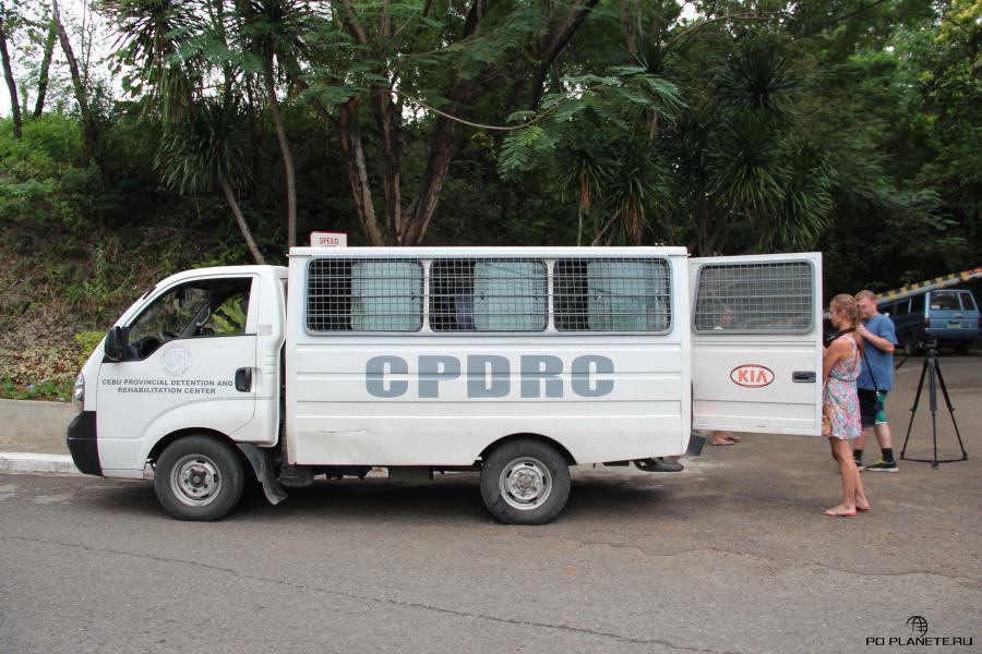 В тюрьму нас доставили на специальной машине для перевозки заключенных