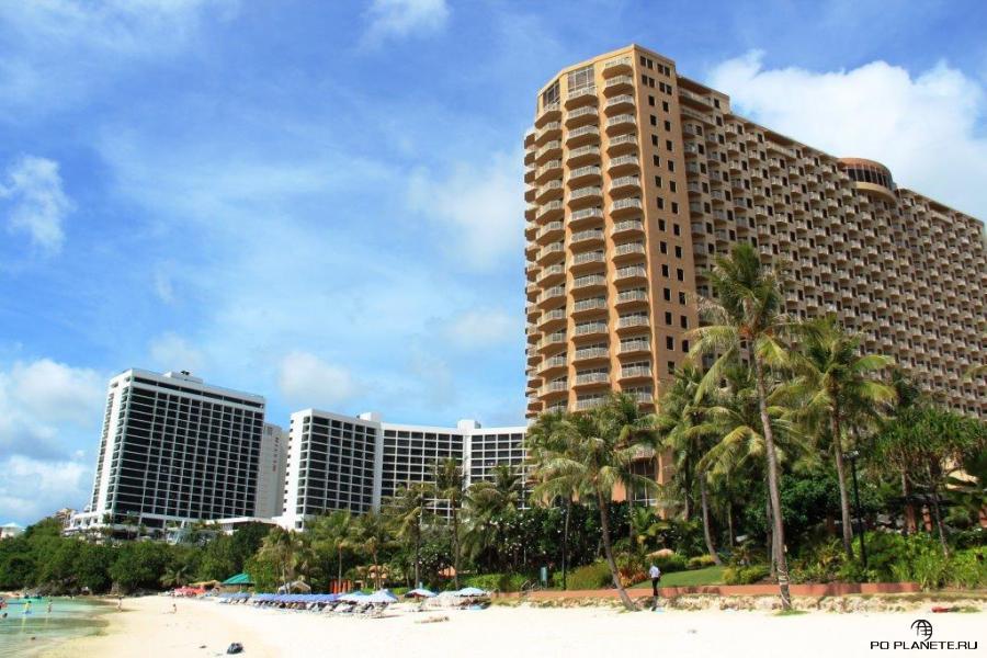 Guam Reef Hotel (слева) и отель Oitrigger