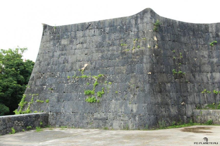 У стен замка Сюри нет острых углов, только закругленные