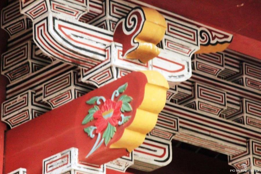 На воротах Сюрей изображен цветок гибискуса