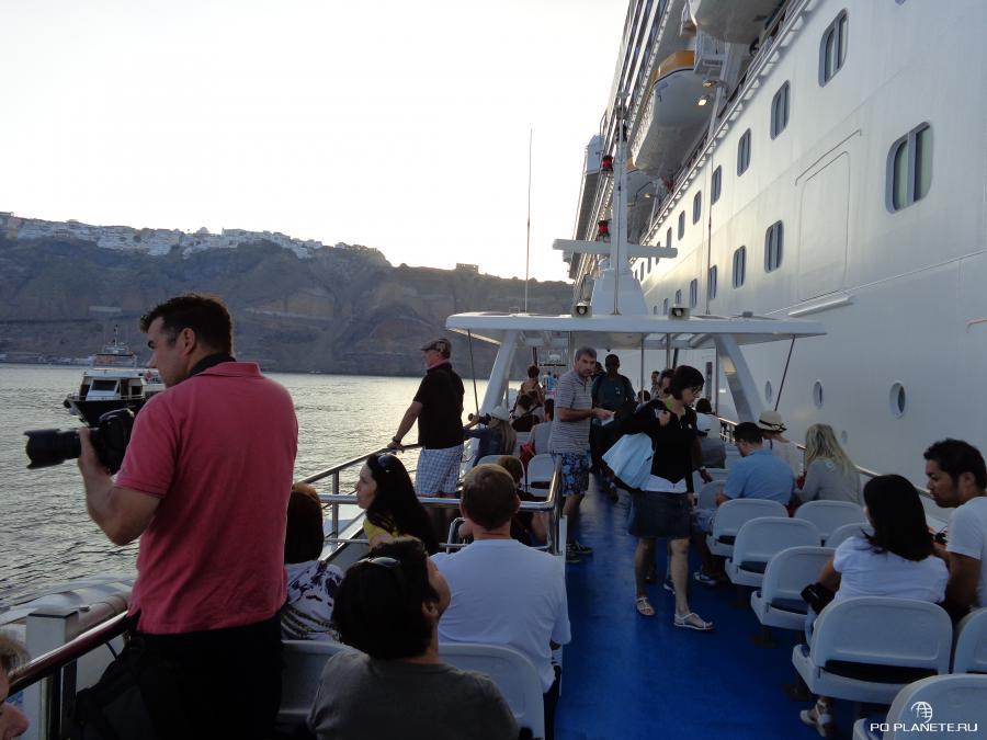 Садимся на тендер и отплываем на Санторини